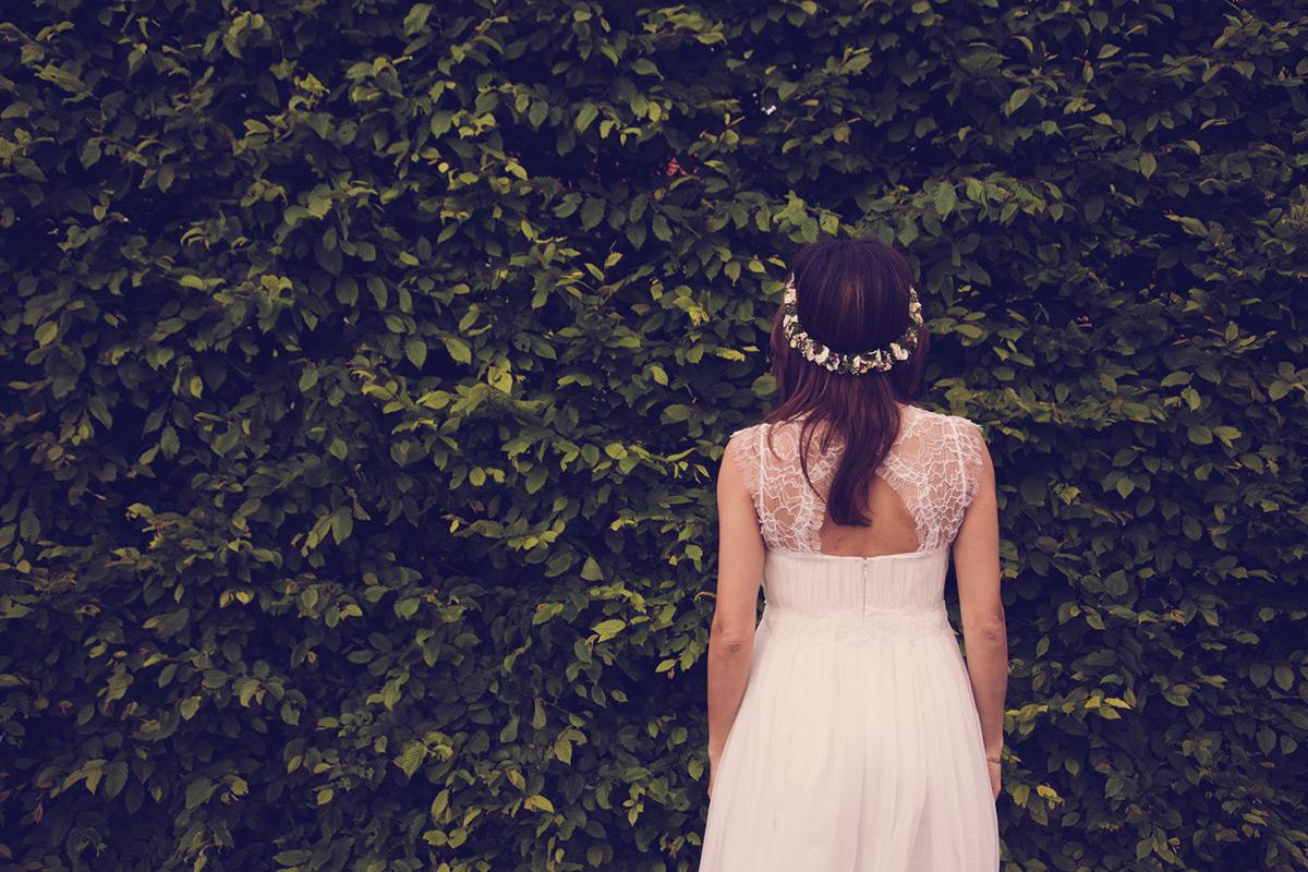 Auch in den Outfits von Braut und Bräutigam spiegelt sich das Blumen-Thema wieder.